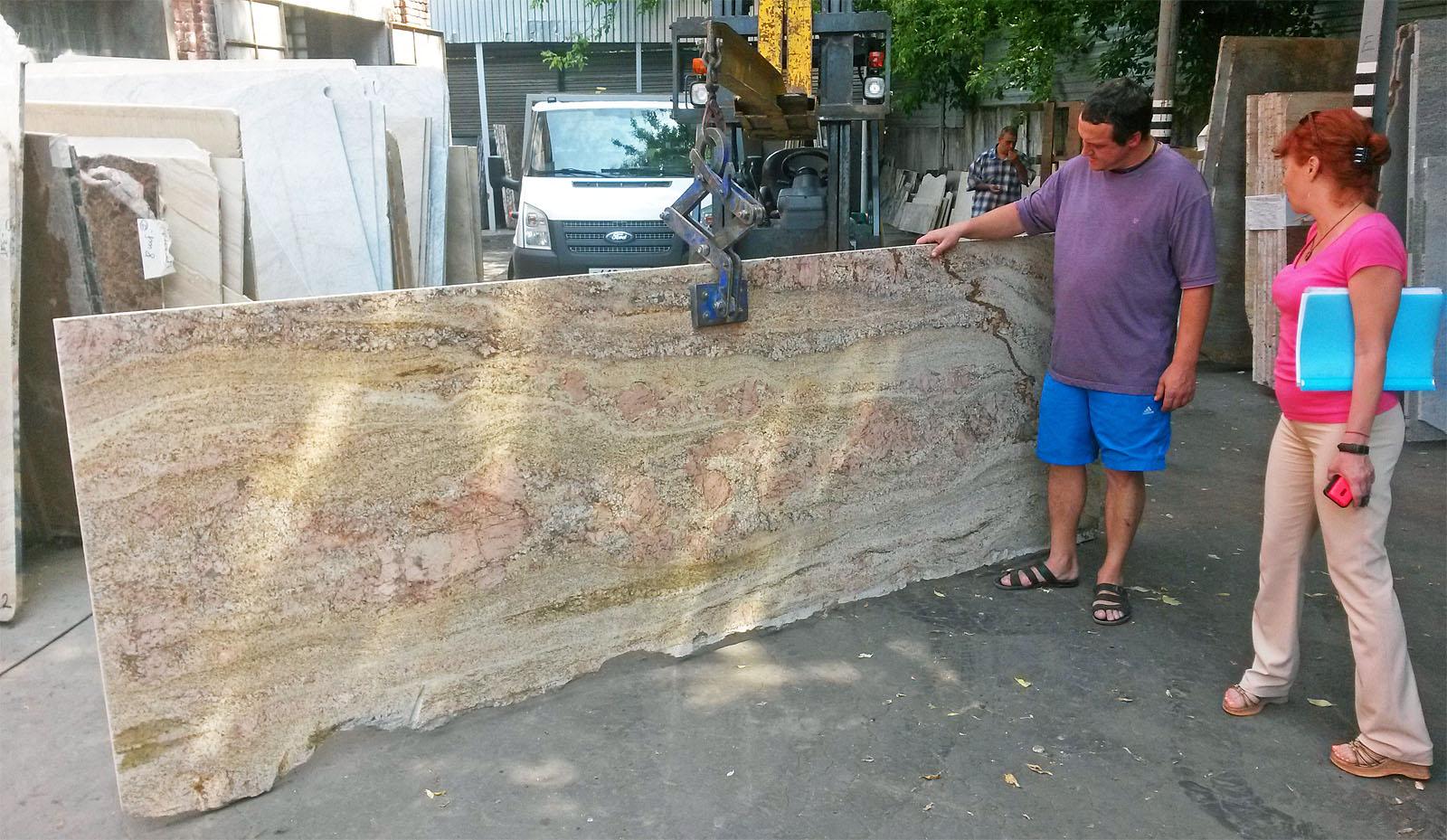Вот из этого куска камня нам будут резать столешницу.