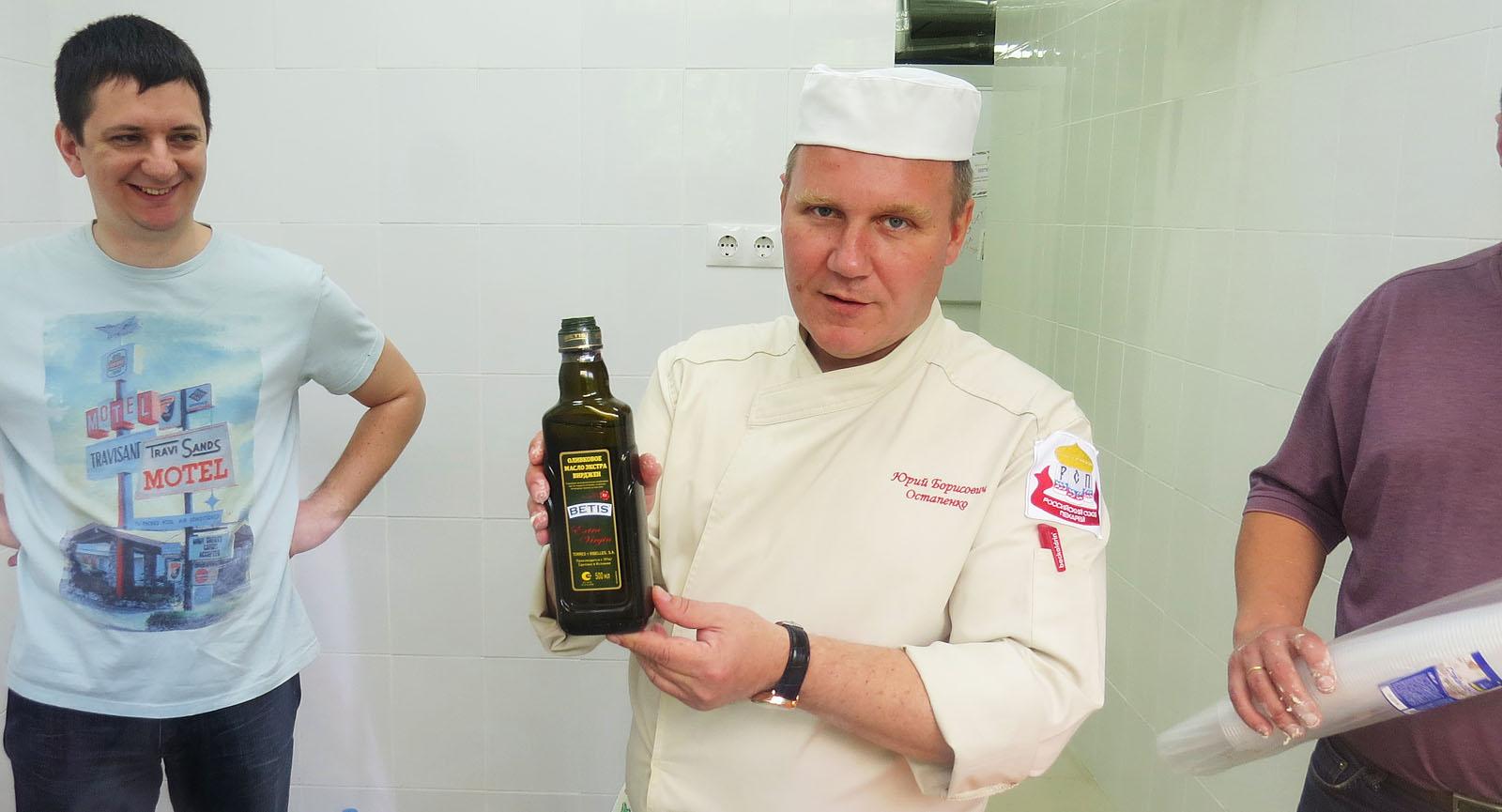 Юрий с удовольствием замешивает на оливковом.