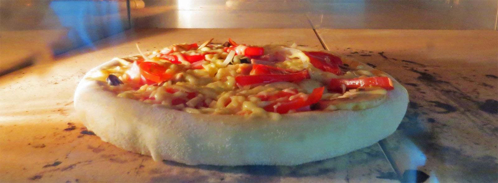 Как только пицца попадает в печь,  тесто словно надувается.