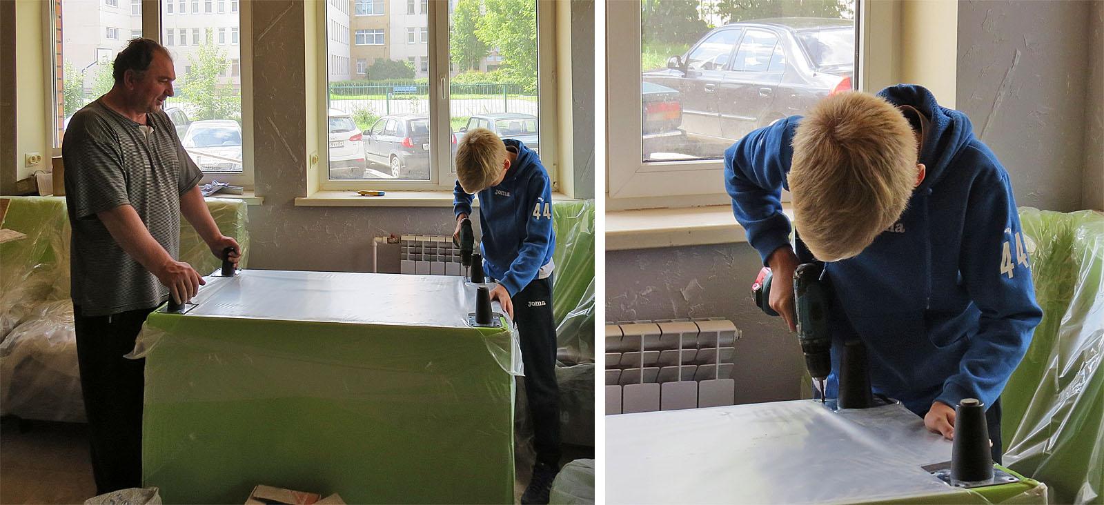 Александр с сыном активно помогают со сборкой мебели.
